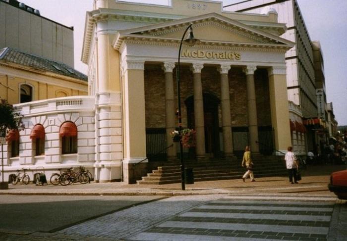 Знаменитый ресторан McDonald's, располагающийся в здании с колоннами, Норвегия, 1996 год.