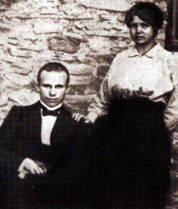 Хрущев, тогда еще слесарь, с женой Ефросиньей, 1916 год.