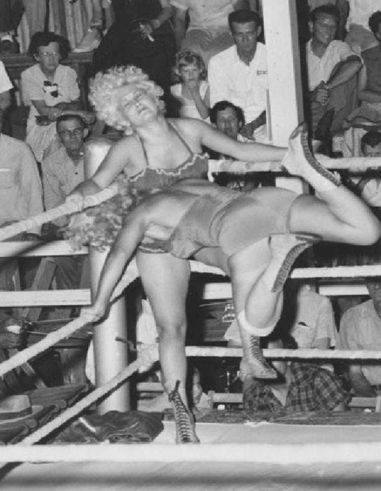 Дивы выполняют самые разные функции: от чисто декоративных, развлекая публику в перерывах между матчами, до вполне боевых, подчас не уступая на ринге своим коллегам-мужчинам, 1954 год.