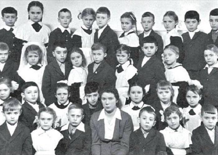 Владимир Путин (третий слева в нижнем ряду).