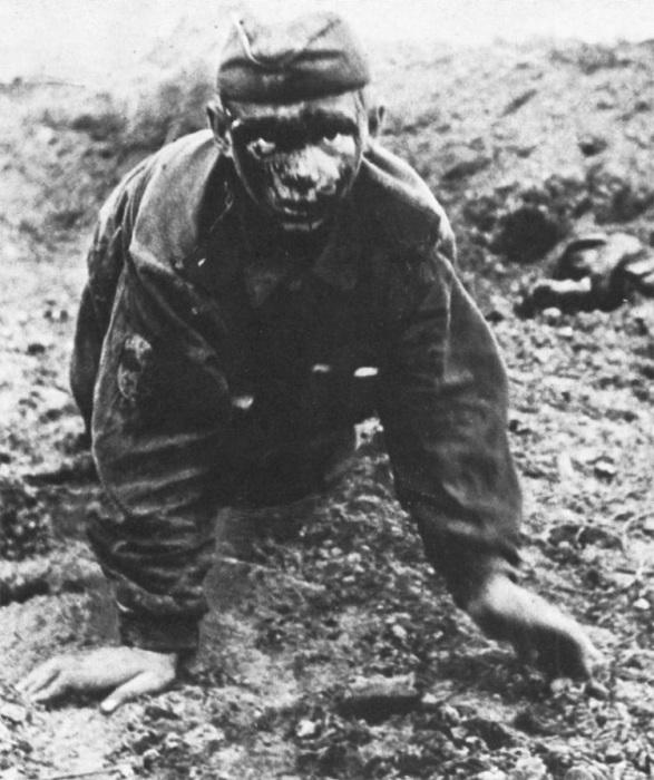 Солдат Красной армии направляется к немецким линиям во время Курской битвы, СССР, июль 1943 года.