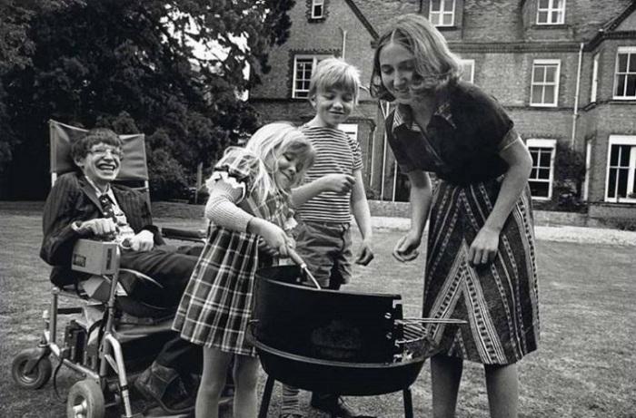 Стивен Хокинг с первой женой Джейн Уайлд и их детьми Робертом и Люси жарят барбекю, 1977 год.