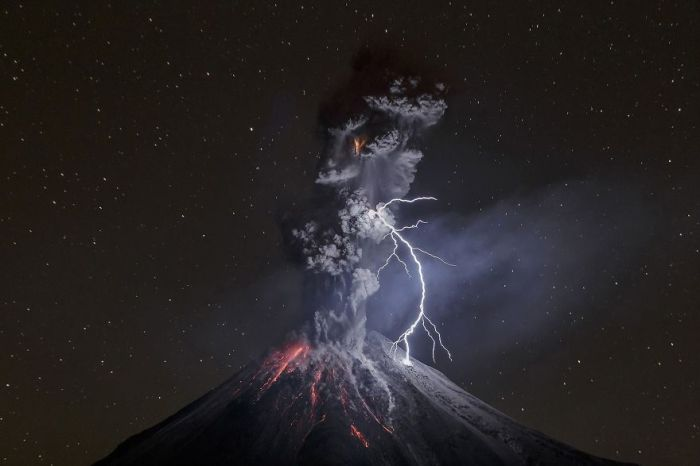 Абсолютным победителем конкурса и первым в категории «Природа» стал снимок «Силы природы» мексиканского фотографа Серхио Тапиро Веласко (Sergio Tapiro Velasco).