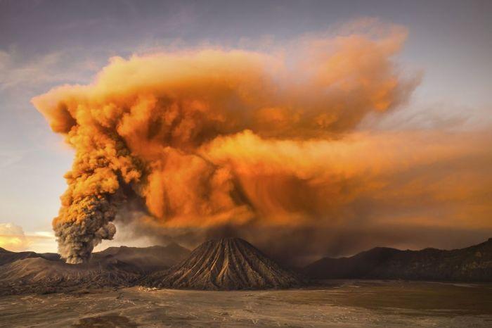Поощрительный приз в номинации «Природа» присужден фотографу Рейнольду Девантара (Reynold Dewantara) за его снимок «Вулкан Бромо».