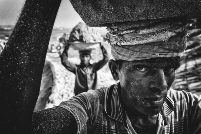 Приз зрительских симпатий в категории «Люди» получил снимок «Переносчик песка» фотографа Танвира Хасана Рохана (Tanveer Hassan Rohan).