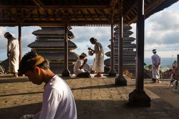 Поощрительным призом в категории «Люди» награжден фотограф Майкл Дин Морган (Michael Dean Morgan) за снимок «Благословение в храме Пура Бесаких».