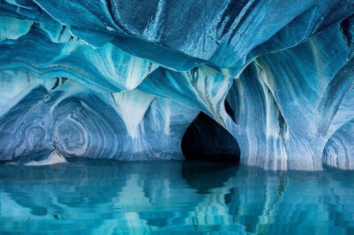 Поощрительный приз в категории «Природа» присужден фотографу Клейну Гесселю (Clane Gessel) за снимок «Мраморные пещеры».