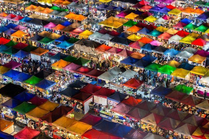 Приз зрительских симпатий в номинации «Города» получил фотограф Кайян Мадрасмал (Kajan Madrasmail) за свой снимок «Разноцветный рынок».