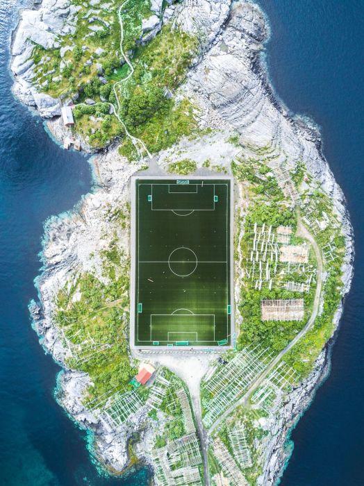 3-е место в номинации «Города» получил фотограф Миша Де-Строев (Misha De-Stroyev) за снимок «Футбольное поле в Хеннингсвере».