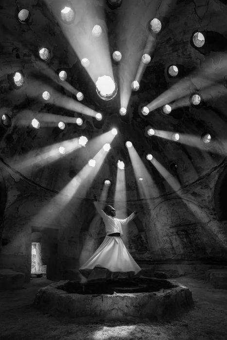 Лучшим в категории «Люди» признан снимок «Служение» турецкого фотографа Ф. Дилека Уяра (F. Dilek Uyar).