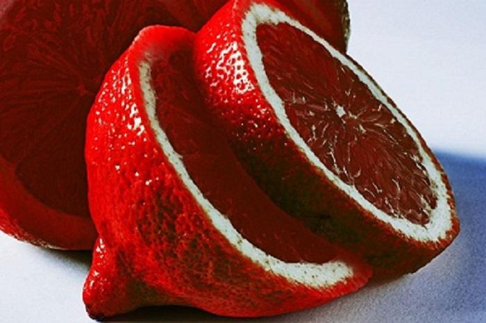 Кожура, мякоть и сок имеет кроваво-красный цвет, а на вкус они очень кислые.