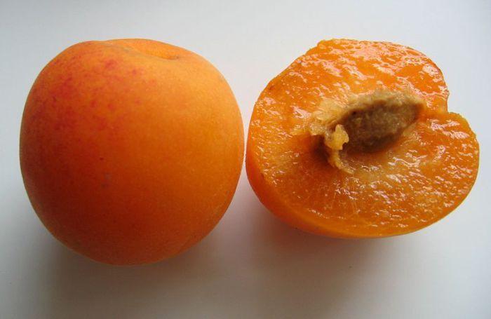 Плод сухой и не очень сочный, при этом очень сладкий с апельсиновым ароматом, но вкус спелых плодов похож на абрикос.
