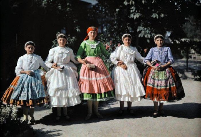 Девушки в традиционных венгерских костюмах.