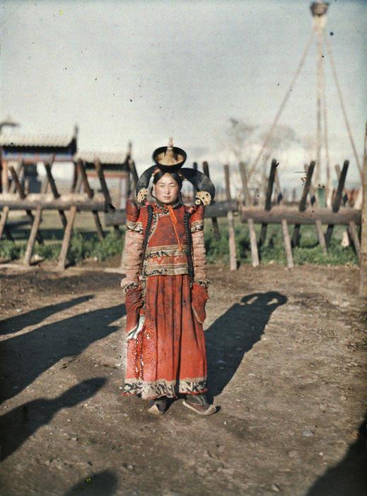 Наряды этого народа во многом впитали в себя части тибетского буддизма, китайской и русской культур.