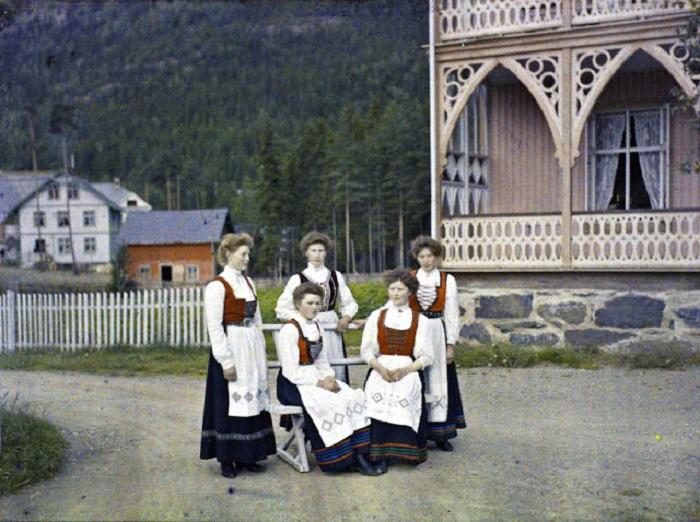 Группа норвежских женщин в национальном убранстве.