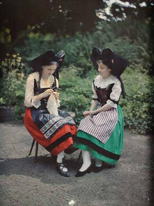 Сёстры в национальной одежде.