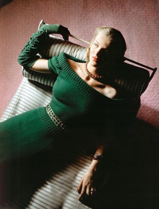 Модель в вязаном платье от Хэтти Карнеги и ювелирных украшениях от Симэн Шипс в июльском номере журнала Vogue 1943 года.