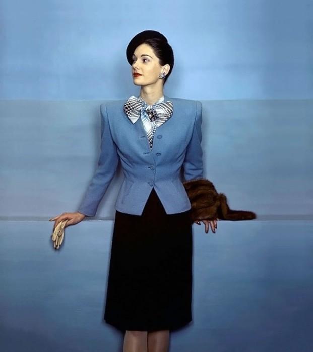 Модель в шерстяном костюме от Кохама в журнале Vogue 1944 года.