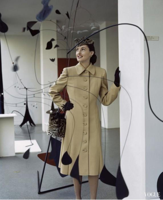 Шикарный образ девушки в шерстяном пальто и в окружении мобилей Алексанра Колдера в журнале Vogue 1944 года.