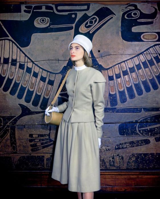 Модель в бежевом шерстяном костюме, 1946 год.