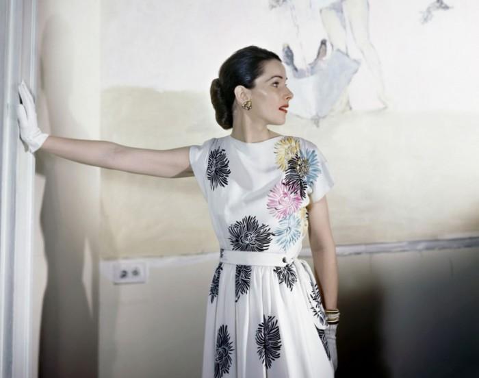 Модель в легком платье из исскуственного шелка, апрельский номер журнала Vogue 1946 года.