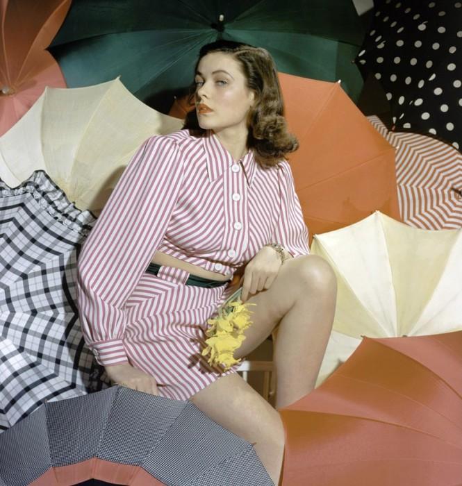 В окружении множество открытых зонтов.