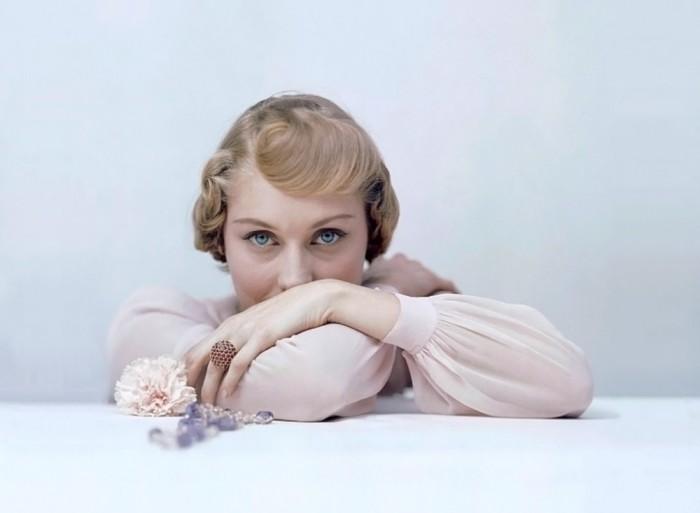 Актриса в нежно-розовой блузе от Дорин Лайберт, 1948 год.