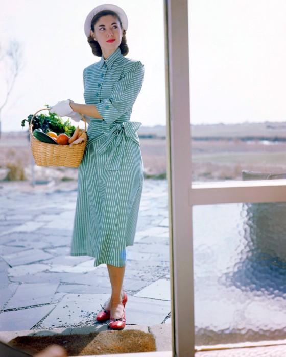 Платье от Джозет Уокер и шляпка от Сэлли Виктор, 1949 год.