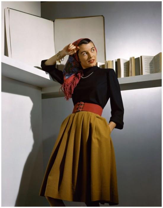 Модель в юбке-колоколе с широким поясом – очень популярный фасон юбок 1940-х годов.