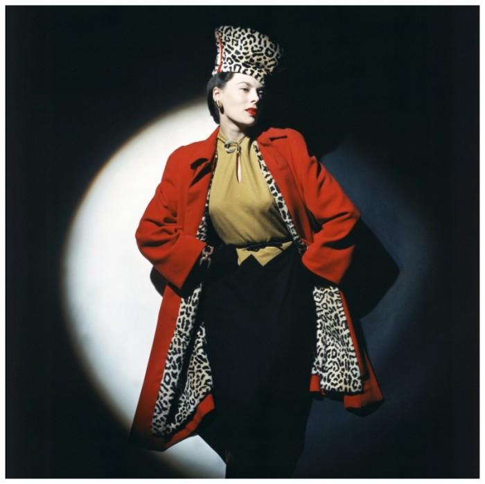 Модель в шерстяном трикотажном платье и красном пальто с «леопардовой» подкладкой.