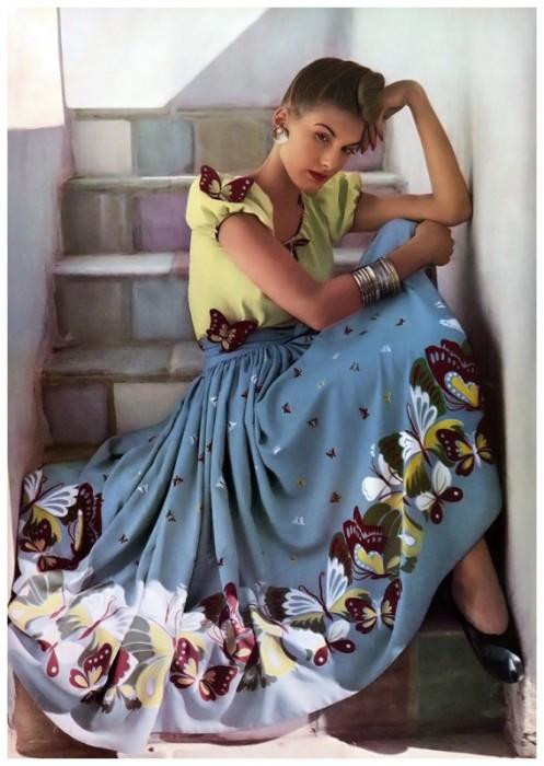 Модель в летнем длинном платье с рукавами-фонариками и бабочками.