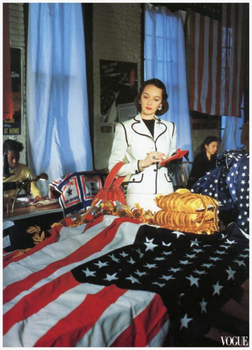 Модель в льняном костюме с декорированным пиджаком на фабрике по изготовлению флагов.