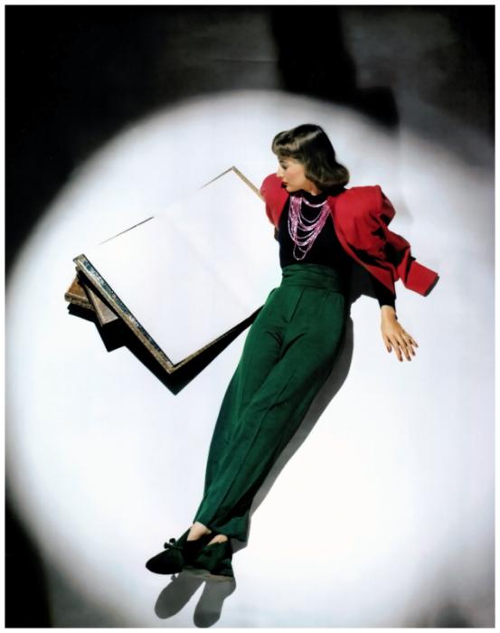 Модель Джессика Паттон Баркингтон (Jessica Patton Barkington) в красном пиджаке, зеленых брюках и замшевых туфлях в тон.