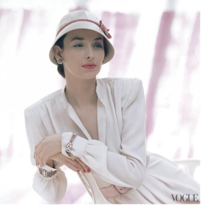 Модель Дориан Ли (Dorian Leigh) в белом платье с розовым атласным поясом.