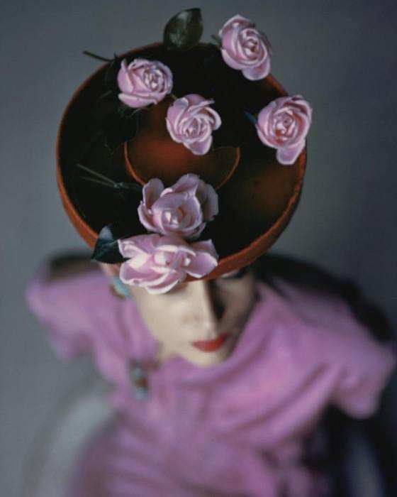 Модель в бархатной шляпке, декорированной зимними розами.