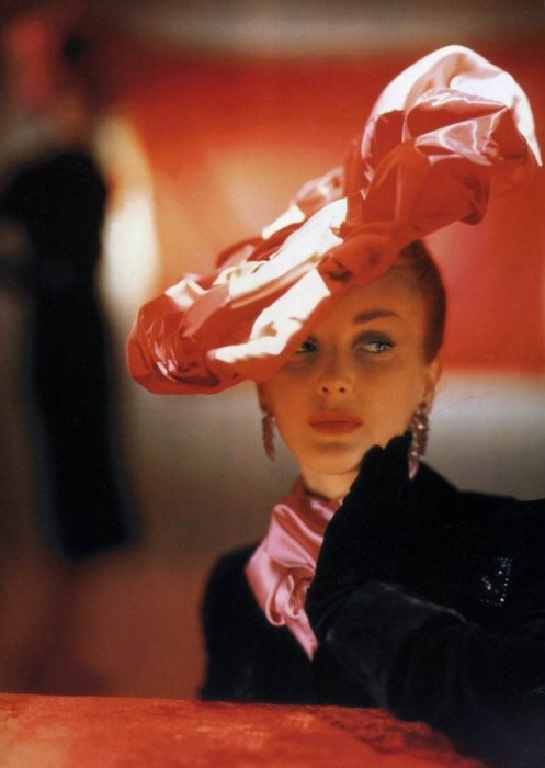 Модель в атласной розовой шляпке, сшитой в виде большого цветка.
