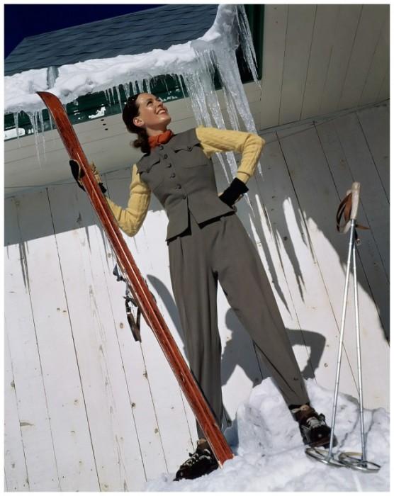 Модель в сером лыжном костюме.