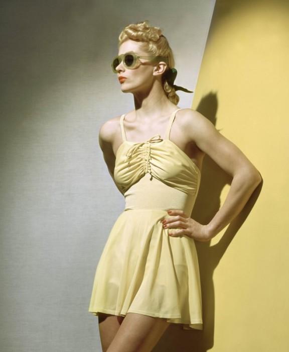 Модель в коротком желтом летнем сарафане.