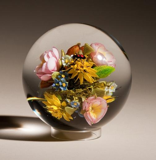 Стеклянный натюрморт из цветов и маленького жучка.