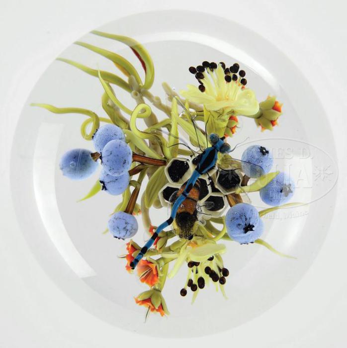 Стрекозы, пчелы, жуки, цветы создаются мастером и воссоединяются в единую композицию.