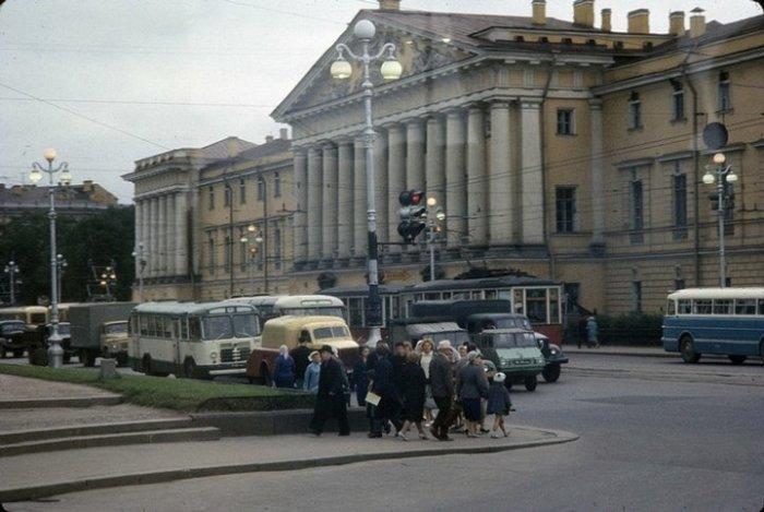 Центральная улица города, переполненная транспортом.