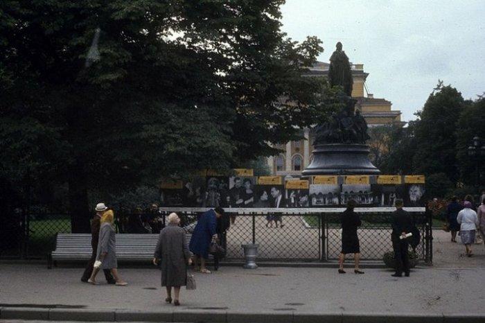 У ограды Екатерининского сада свои работы выставляли художники и фотографы.