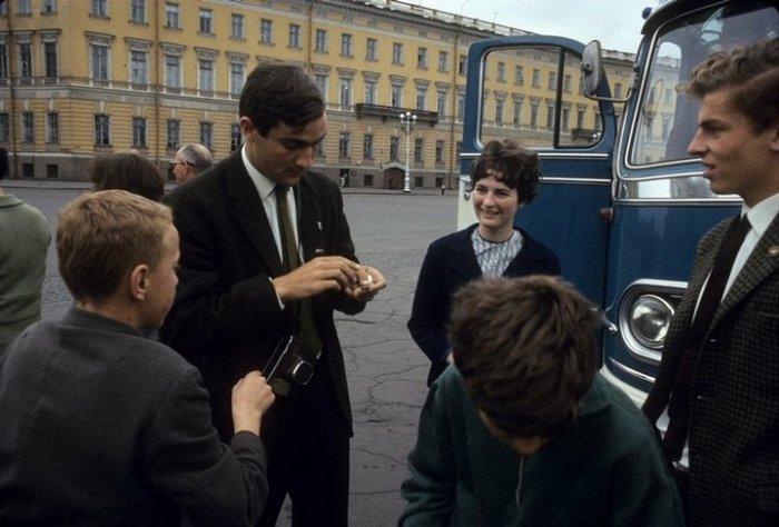 Вездесущая детвора выменивает жевательную резинку у иностранных туристов на главной площади.