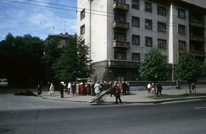 Ажиотаж возле киоска, расположенного на углу улицы.