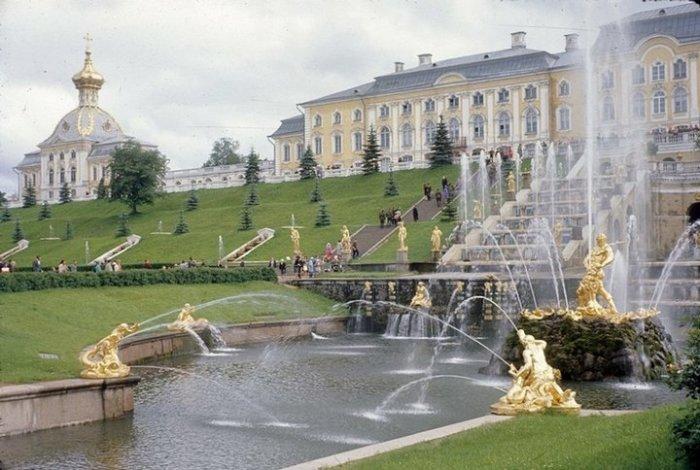 Блистающее золотом роскошное фонтанное сооружение Петродворца.