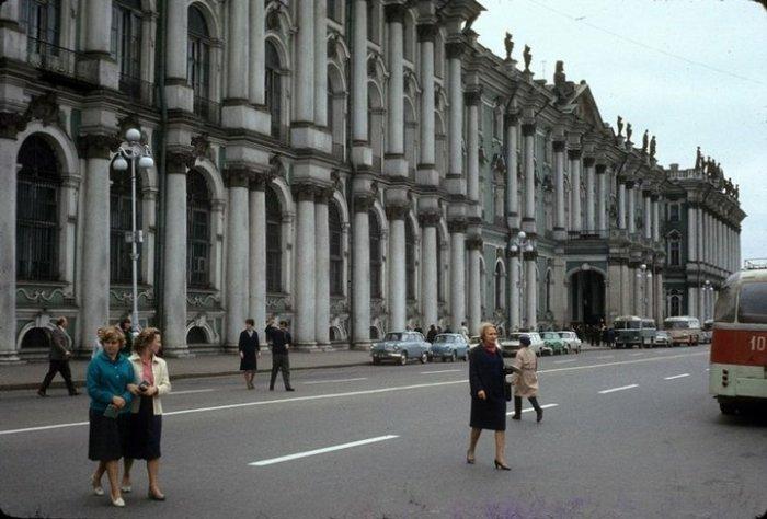 Именно здесь расположено здание Государственного Эрмитажа.