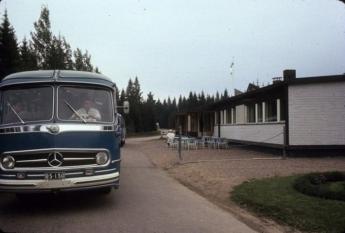Комфортабельный автобус с туристической группой пересекает границу между Финляндией и СССР.