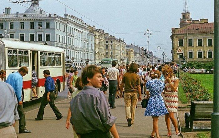 Оживленный Невский проспект и городской автобус Ikarus особо большой вместимости.