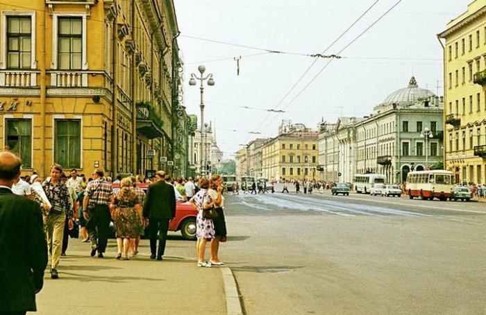 Из-за отсутствия огромного количества автомобилей городские улицы кажутся более просторными.