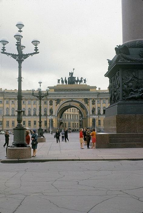 Знаменитая арка с колесницей, запряженной шестеркой коней.